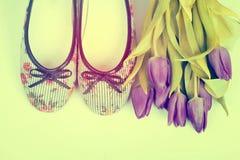 Tulipes pourpres et rétros chaussures dénommées Photos libres de droits
