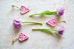 Tulipes pourpres sur un fond en bois Images libres de droits