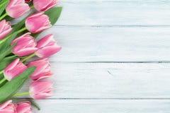 Tulipes roses au-dessus de fond en bois Photo stock