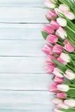 Tulipes roses au-dessus de fond en bois Images stock
