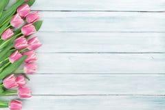 Tulipes roses au-dessus de fond en bois Photographie stock libre de droits