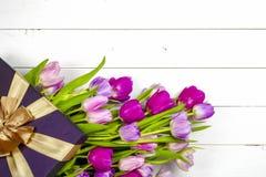 Tulipes roses au-dessus de table en bois blanche minable Images stock