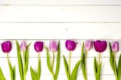 Tulipes roses au-dessus de table en bois blanche minable Photo stock