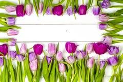 Tulipes roses au-dessus de table en bois blanche minable Photos stock