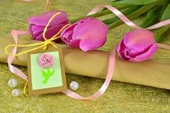 Tulipes roses avec le cadeau et les décorations Photos libres de droits