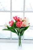 Tulipes roses dans le vase sur le rebord de fenêtre Image libre de droits