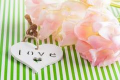 Tulipes roses et coeur en bois Photo libre de droits