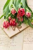 Tulipes roses molles, vieilles lettres d'amour et cartes Photographie stock libre de droits