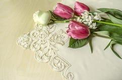 Tulipes roses sensibles avec la rose et la jacinthe de blanc Photo stock