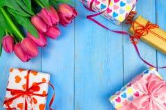 Tulipes roses sur le fond bleu en bois Vacances de conception, le 8 mars, jour du ` s de mère L'espace plat de configuration et d Image stock