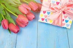 Tulipes roses sur le fond bleu en bois Vacances de conception, le 8 mars, jour du ` s de mère L'espace plat de configuration et d Photos libres de droits