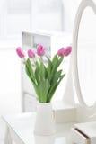 Tulipes dans la chambre Photo stock