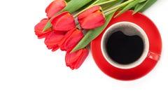 Tulipes rouges fraîches avec la tasse de café Photographie stock libre de droits