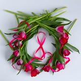 Tulipes, ruban dans la forme du numéro 8, texture blanche Image libre de droits