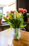 Tulipes sur la table photographie stock