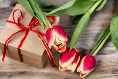 Tulipes sur le cadeau enfermé dans une boîte Photo libre de droits