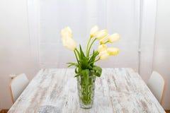 Tulipes sur un pot en verre Photographie stock libre de droits