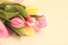 Tulipes sur une table Image libre de droits