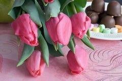 Tulips, doces e fruta Fotografia de Stock