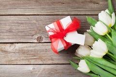Tulips e caixa de presente brancos Fotos de Stock Royalty Free