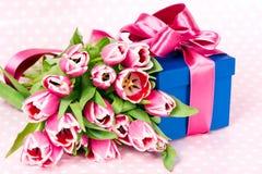 Tulips e caixa de presente cor-de-rosa Fotografia de Stock Royalty Free