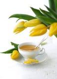 Tulips e chá Imagem de Stock Royalty Free
