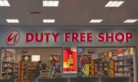 Tullfri vara shoppar i den Prague flygplatsen Arkivbilder