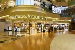 Tullfria skönhetsmedel shoppar på Singapore Changi Internationalairp Arkivbilder