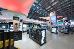 Tullfria skönhetsmedel som shoppar, Bangkok Fotografering för Bildbyråer