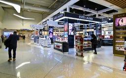 Tullfritt shoppar på den Eleftherios Venizelos flygplatsen i Aten Grekland Arkivfoto