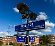 Tullinge-Bahnstation mit dem Stationszeichen Stockfoto
