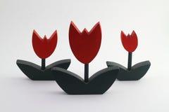 Tulp door houten op de witte achtergrond wordt gemaakt die royalty-vrije stock afbeelding