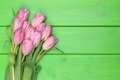 Tulpan blommar buketten i vår- eller moders dag på träbräde fotografering för bildbyråer