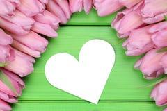 Tulpan blommar med hjärtaförälskelse på moder eller valentin dag Fotografering för Bildbyråer