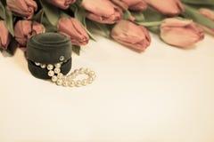 Tulpan för röd vår med den lilla asken med pärlaromantikergåva Royaltyfri Fotografi