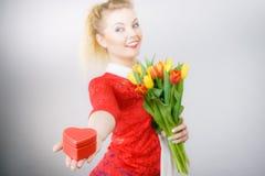 Tulpan och gåva för kvinna hållande Arkivbild