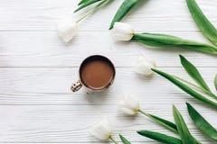 Tulpan och kaffe på vit trälantlig bakgrund stilfull fla Fotografering för Bildbyråer