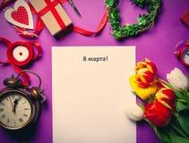 Tulpan och papper med ord8 mars Arkivbild