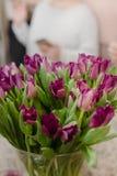 tulpannärbild, stor bukett av blommor i inre royaltyfri foto