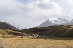 Tulpar, Kirghizistan 21 agosto 2018: Campo base di Yurt nel lago Tulpar al piede di Lenin di punta nel Kirghizistan fotografia stock libera da diritti