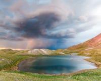 Tulpar Kul湖看法在风暴期间的吉尔吉斯斯坦 免版税库存图片
