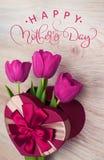 Tulpe drei in der roten Geschenkbox in der Form des glücklichen Muttertages des Herzens und des Textes Kalligraphiebeschriftungs- Lizenzfreie Stockfotos