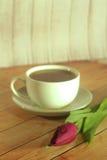 Tulpe und ein Tasse Kaffee Stockfotografie