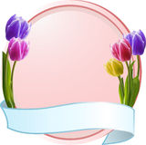 Tulpen auf einem rosafarbenen Rand mit blauer Fahne Lizenzfreies Stockbild