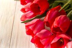 Tulpen auf hölzernem Hintergrund Stockfoto