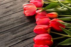 Tulpen auf hölzernem Hintergrund Stockfotos