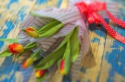 Tulpen auf Purpleheart Lizenzfreies Stockfoto