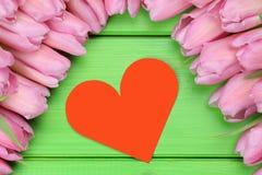 Tulpen blüht mit Herzen als Symbol der Liebe am Valentinstag Lizenzfreies Stockfoto