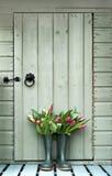 Tulpen in den wellies Lizenzfreie Stockbilder
