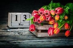 Tulpen in een houten doos voor moeder` s dag Royalty-vrije Stock Afbeelding